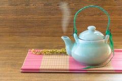 Chiński herbaciany garnek na różowym bambus maty wciąż życia stylu Zdjęcia Stock