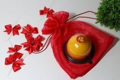 Chiński język: błogość, kij na pomarańczowym torcie na czerwonym faborku i zieleń liściu na białej podłodze tkaniny czerwieni i t obrazy royalty free