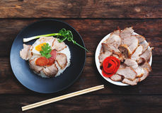 Chiński jedzenie, Rice z smażącą wieprzowiną i aggon drewnianymi Obraz Stock