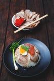 Chiński jedzenie, Rice z smażącym agg na drewnianym i wieprzowiną Obrazy Stock