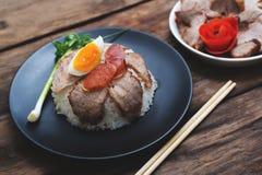 Chiński jedzenie, Rice z smażącym agg na drewnianym i wieprzowiną Zdjęcie Stock
