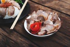 Chiński jedzenie, Smażąca wieprzowina z ryż i agg na drewnianym, Obrazy Stock