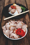Chiński jedzenie, Smażąca wieprzowina z ryż i agg na drewnianym, Zdjęcia Stock