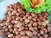 Chiński jedzenie styl, Odgórny widok głębocy smażący arachidy z sałatą i marchewka w bielu talerzu, obrazy royalty free