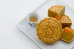 Chiński księżyc tort z gorącą herbatą na bielu talerzu Obraz Stock