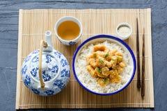 Chiński kurczak z ryż, chopsticks i zielona herbata na bambusie, ciąć na arkusze Zdjęcia Stock