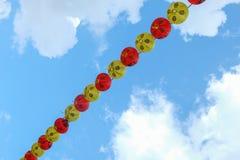 Chiński lampion na niebieskim niebie obrazy royalty free