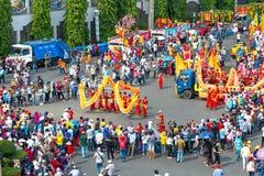 Chiński Latarniowy festiwal z kolorowymi smokami, lew, samochody, maszerował w ulicach obrazy stock