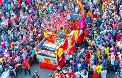 Chiński Latarniowy festiwal z kolorowymi smokami, lew, samochody, maszerował w ulicach fotografia stock