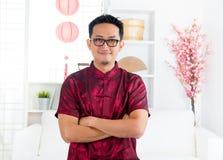 Chiński mężczyzna stoi indoors Zdjęcie Royalty Free