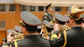 Chiński militarnego zespołu sztuki hymn państwowy podczas parlamentu spotkania zdjęcia royalty free