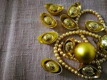 Chiński nowego roku świętowanie z dekoracją, złociści ingots i złote perły, reprezentujemy luksus i dobrobyt Zdjęcia Stock