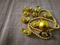 Chiński nowego roku świętowanie z dekoracją, złociści ingots i złote perły, reprezentujemy luksus i dobrobyt Obraz Stock