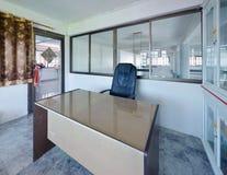 Chiński nowożytny pracujący pokój z gabinetem i biurkiem zdjęcia stock