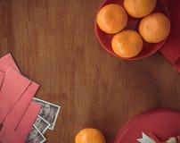 Chiński nowy rok mandaryn pomarańcze, herbaciana filiżanka i czerwona paczka z -, zdjęcie stock