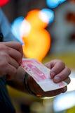Chiński pieniądze w rękach dla wymiany fotografia royalty free