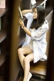 Chiński portret młoda piękna kobieta czyta książkę W Bookstore Obraz Royalty Free