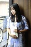 Chiński portret młoda piękna kobieta czyta książkę W Bookstore Fotografia Stock