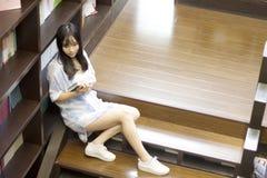 Chiński portret młoda piękna kobieta czyta książkę W Bookstore Zdjęcie Royalty Free