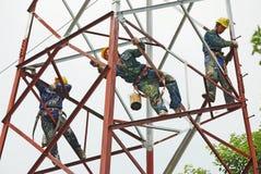 Chiński pracownik maluje stalową strukturę obrazy royalty free