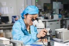 Chiński pracownik monitoruje ilość Obraz Stock