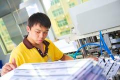 Chiński pracownik na klingeryt karty produkci fabryce zdjęcia royalty free