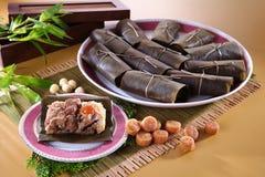Chiński przegrzebka tort na tradycyjnym talerzu w restauraci zdjęcie royalty free
