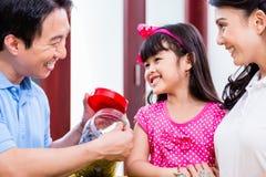 Chiński rodzinny oszczędzanie pieniądze dla szkoła wyższa funduszu Obrazy Stock