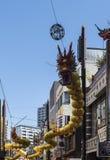 Chiński smok z usta otwartym na pokazie w Chinatown z żółtymi lampionami Yokohama, Japonia Zdjęcia Stock