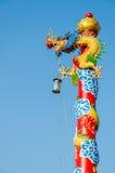 Chiński smok Zawijający wokoło czerwonego słupa Zdjęcia Stock