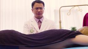 Chiński terapeuta robi pożarniczemu masażowi zdjęcie wideo