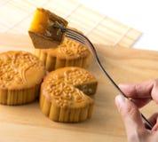Chiński tradycyjny mooncake, ręka i rozwidlenie, Obraz Stock