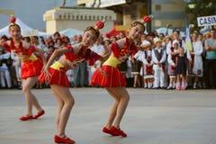Chiński tradycyjny taniec przy Międzynarodowym folkloru festiwalem dla dzieci i młodości Złotej ryba Zdjęcie Royalty Free