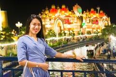 Chiński turystyczny odwiedza rozrywka park przy nocą zdjęcie stock