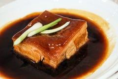 Chiński wieprzowina brzucha gulasz w czarnym kumberlandzie zdjęcia royalty free