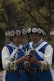 Chińskie kobiety jest ubranym tradycyjnego Bai mniejszościowego ubiór używać smartphone w Lijiang, Yunnan Obrazy Royalty Free
