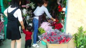 Chińskie młode kobiety działają kwiatów sklepy zbiory