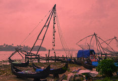 Chińskie sieci rybackie i łodzie rybackie w forcie Kochi, Kerala, India Fotografia Royalty Free