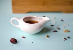 Chińskiego bielu porcelany teapot na błękitnym tle obraz stock
