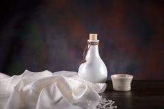 Chińskiego bielu whisky filiżanka na ciemnym tle i butelka zdjęcia royalty free