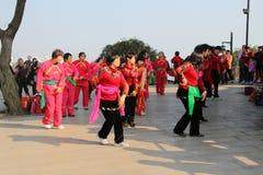 Chińskiego nowego roku tana świąteczne grupy, witają bóg bogactwo, Chińskie właściwości Szczytowy dancingowy kobiet themselves da obraz stock