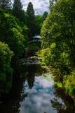 Chińskiego stylu most w ogródach Dumfries dom w Szkocja obraz stock