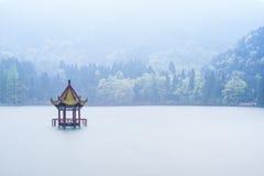 Chińskiego stylu pawilon po środku jeziora Zdjęcie Stock
