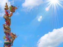 Chińskiej smok statuy wspinaczkowy słup zdjęcie stock