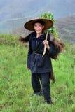 Κινεζικός ποιμένας αγροτών που φορά τον επενδύτη ένα ζωικό δέρμα, αγροτικό Chi Στοκ Εικόνες