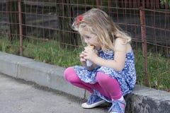 τρώγοντας το κορίτσι ελά&chi Στοκ Εικόνες