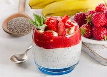 κατανάλωση υγιής Πρόγευμα των φραουλών, της μπανάνας, του γιαουρτιού και chi Στοκ εικόνα με δικαίωμα ελεύθερης χρήσης