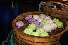 Chińczyków kolorów odparowane babeczki na tacy Obraz Royalty Free