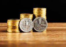 Chińczyk Jeden Juan moneta, my i kwartalnego dolara moneta Obrazy Stock