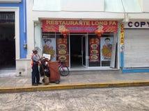 Chińczyk Restaurante i Uliczny wymiatacz Zdjęcia Royalty Free